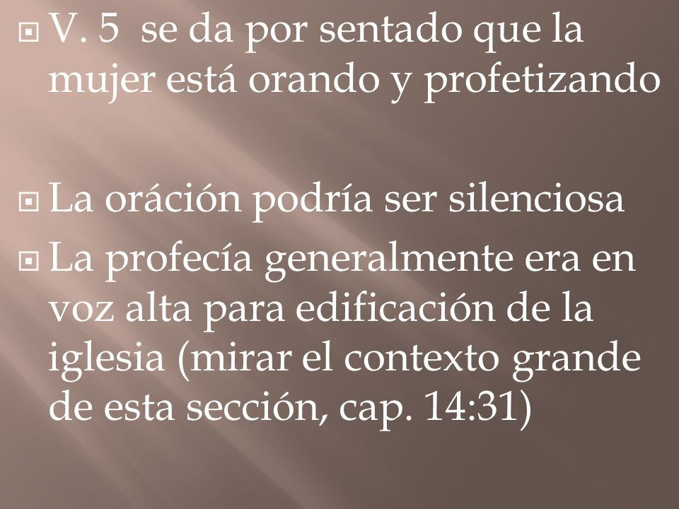 V. 5 se da por sentado que la mujer está orando y profetizando