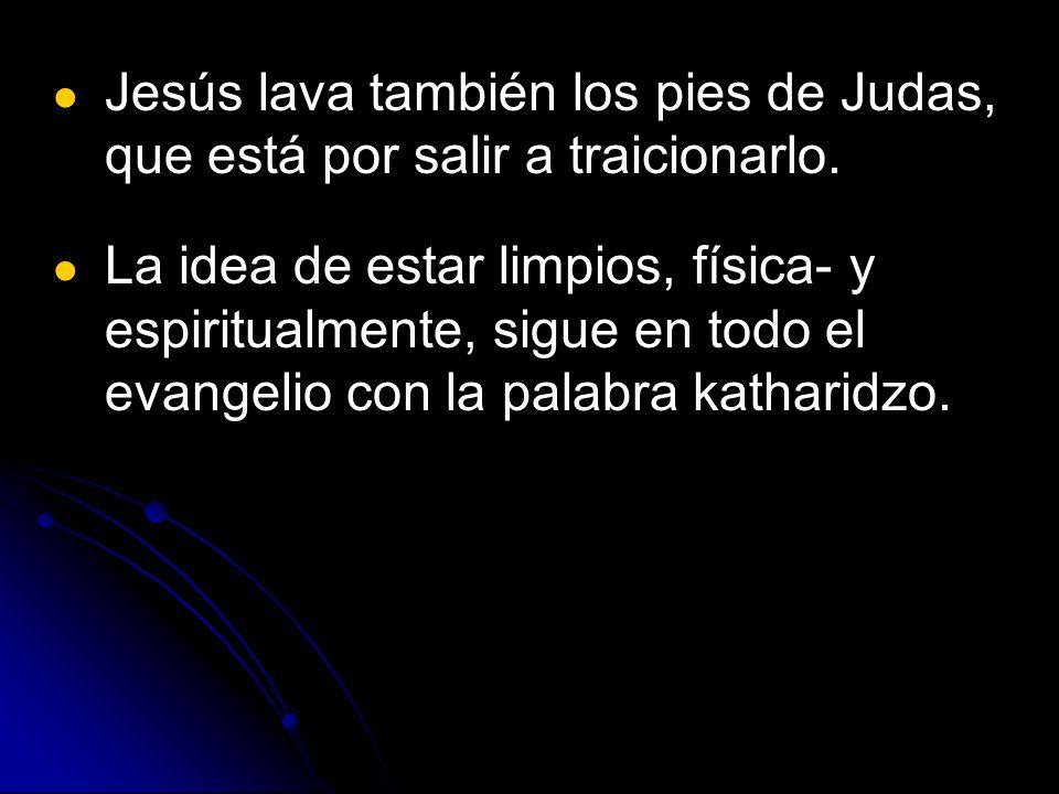 Jesús lava también los pies de Judas, que está por salir a traicionarlo.