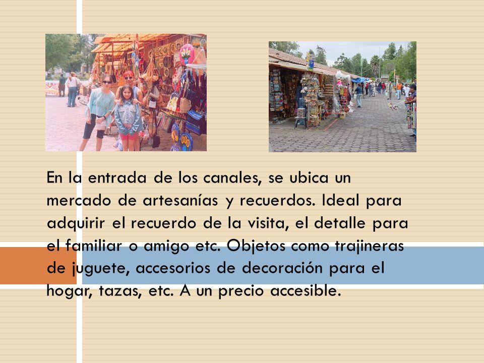 En la entrada de los canales, se ubica un mercado de artesanías y recuerdos.