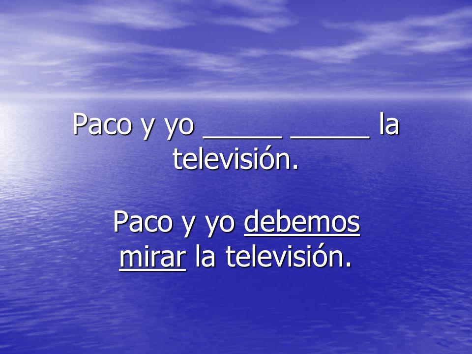 Paco y yo _____ _____ la televisión.