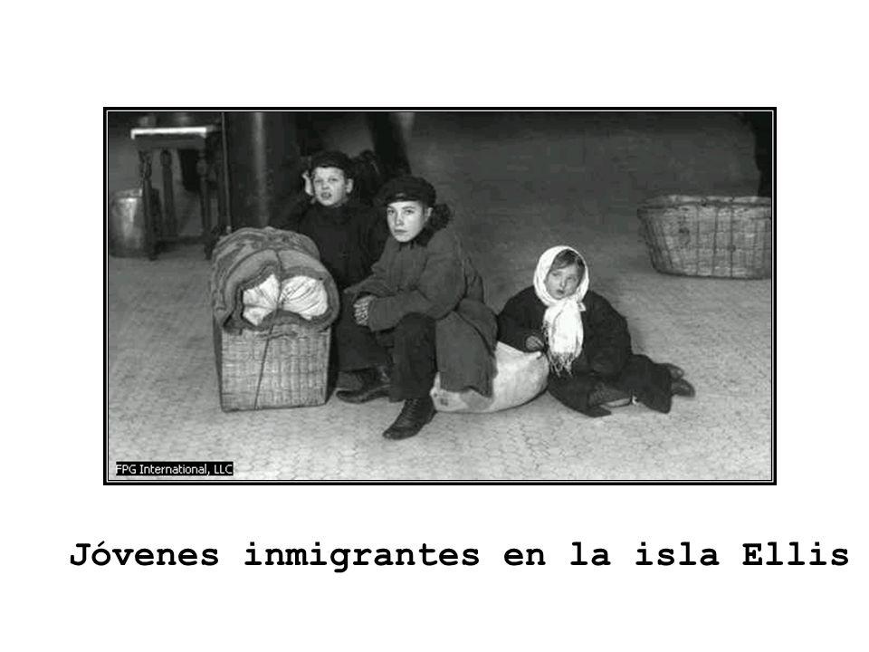 Jóvenes inmigrantes en la isla Ellis