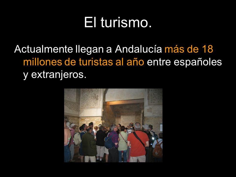El turismo.Actualmente llegan a Andalucía más de 18 millones de turistas al año entre españoles y extranjeros.