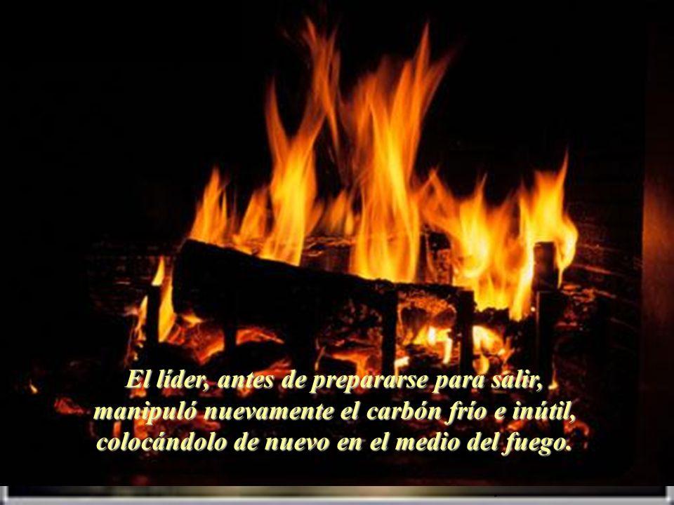 El líder, antes de prepararse para salir, manipuló nuevamente el carbón frío e inútil, colocándolo de nuevo en el medio del fuego.