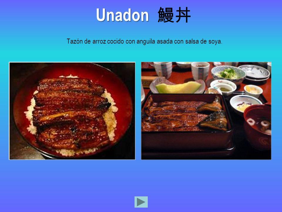 Tazón de arroz cocido con anguila asada con salsa de soya.