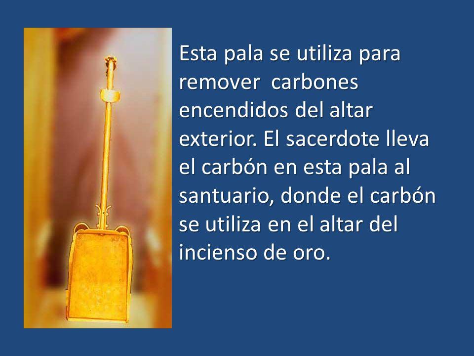 Esta pala se utiliza para remover carbones encendidos del altar exterior.