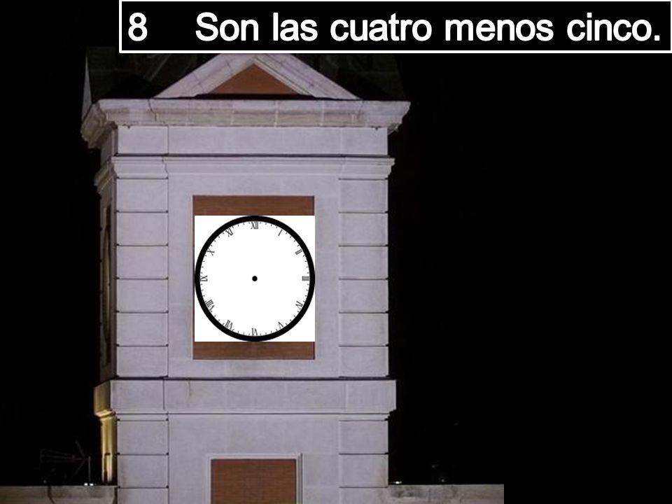 8 Son las cuatro menos cinco.