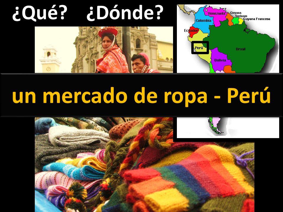 un mercado de ropa - Perú