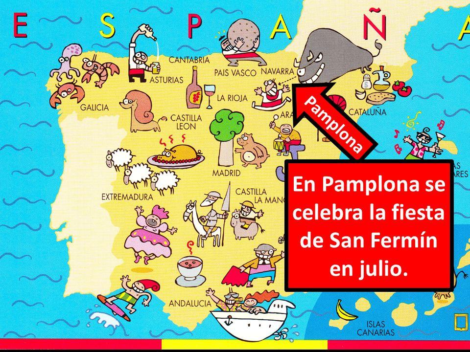 En Pamplona se celebra la fiesta de San Fermín en julio.