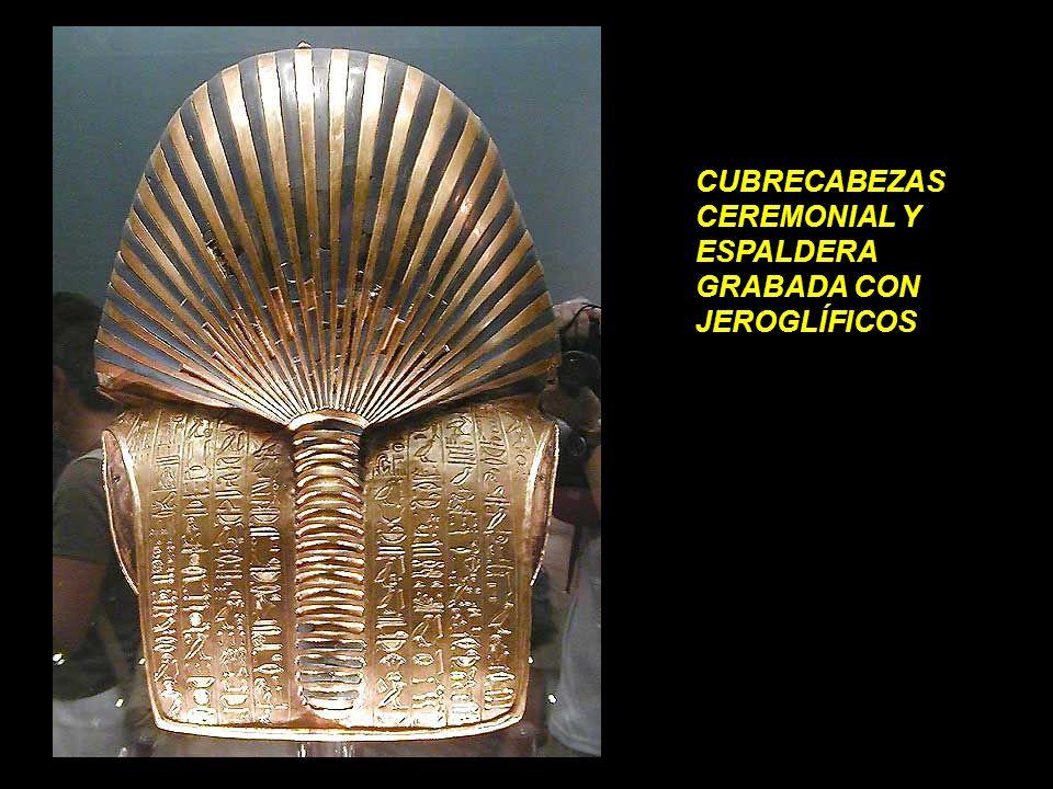 CUBRECABEZAS CEREMONIAL Y ESPALDERA GRABADA CON JEROGLÍFICOS