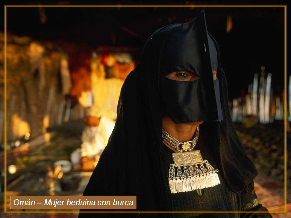 Omán – Mujer beduina con burca