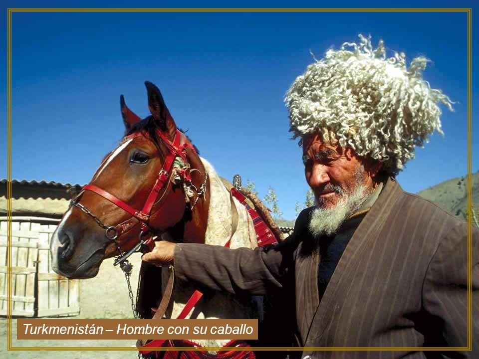 Turkmenistán – Hombre con su caballo