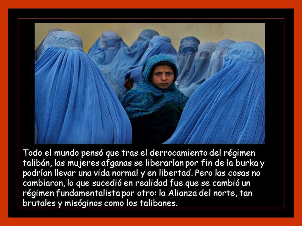 Todo el mundo pensó que tras el derrocamiento del régimen talibán, las mujeres afganas se liberarían por fin de la burka y podrían llevar una vida normal y en libertad.