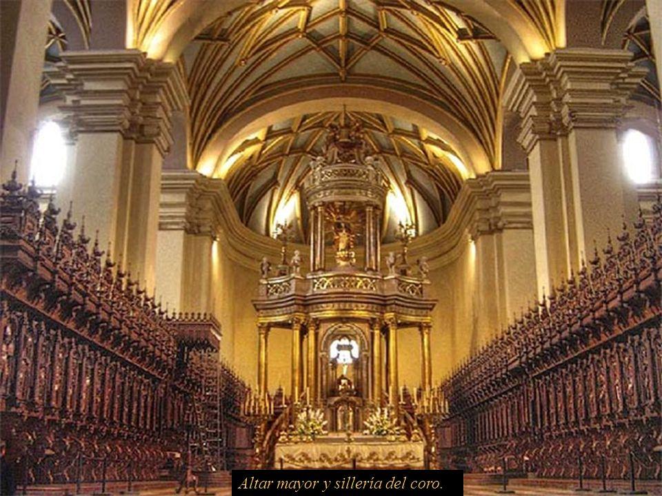 Altar mayor y sillería del coro.