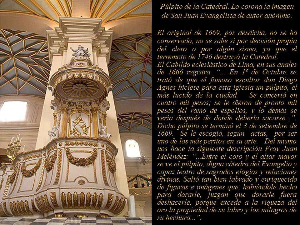 Púlpito de la Catedral. Lo corona la imagen de San Juan Evangelista de autor anónimo.