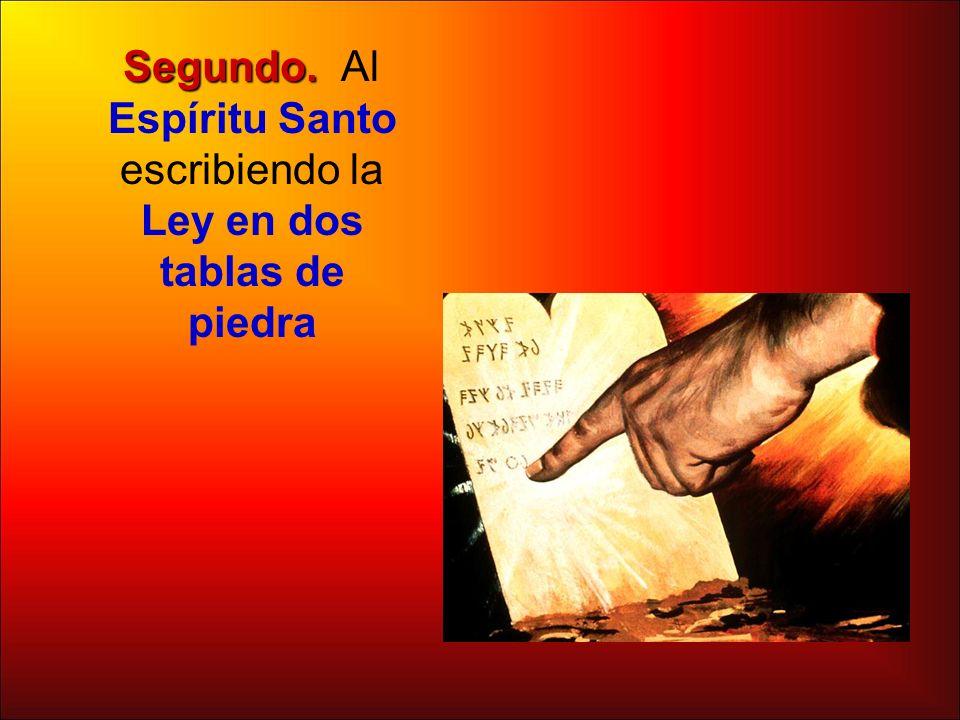 Segundo. Al Espíritu Santo escribiendo la Ley en dos tablas de piedra