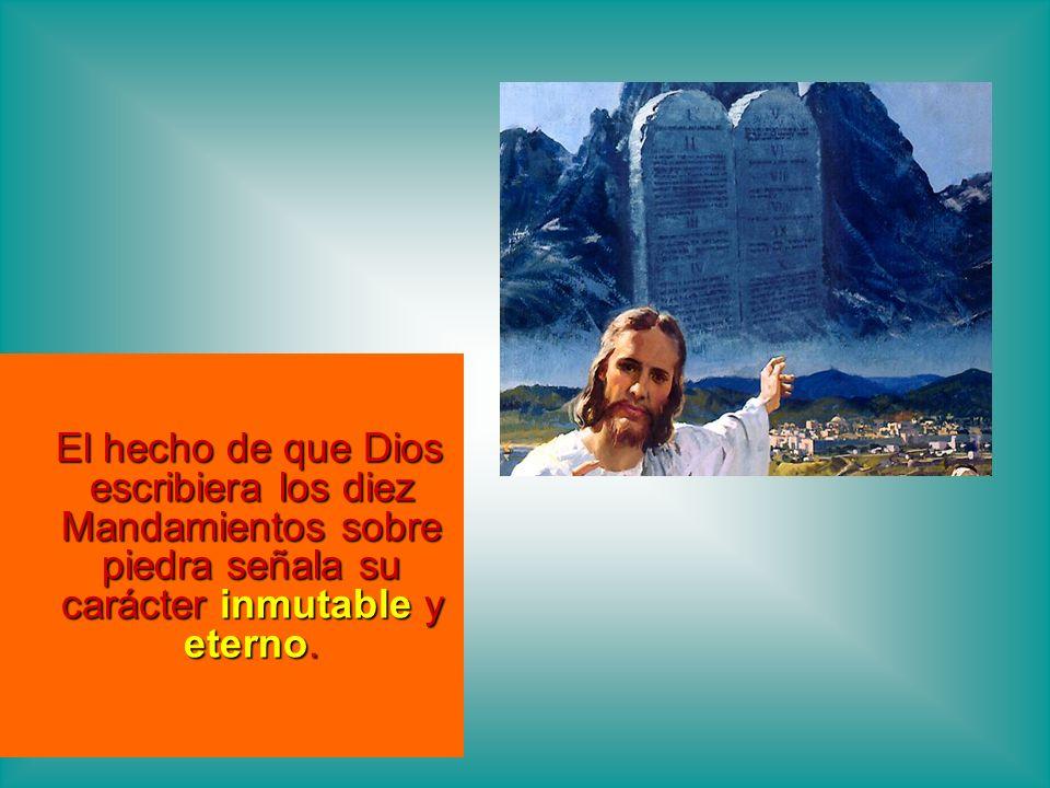 El hecho de que Dios escribiera los diez Mandamientos sobre piedra señala su carácter inmutable y eterno.