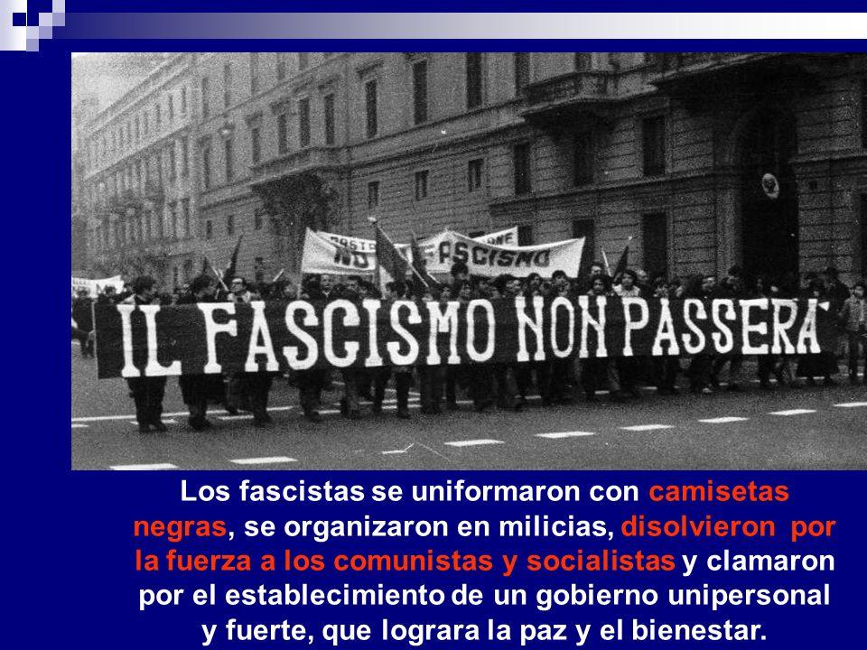 Los fascistas se uniformaron con camisetas negras, se organizaron en milicias, disolvieron por la fuerza a los comunistas y socialistas y clamaron por el establecimiento de un gobierno unipersonal y fuerte, que lograra la paz y el bienestar.