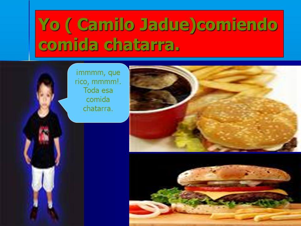 Yo ( Camilo Jadue)comiendo comida chatarra.