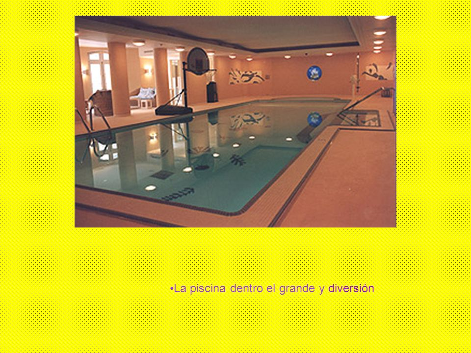 La piscina dentro el grande y diversión