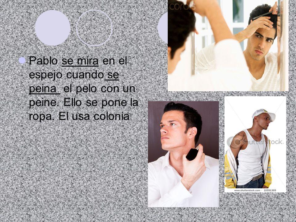 Pablo se mira en el espejo cuando se peina el pelo con un peine