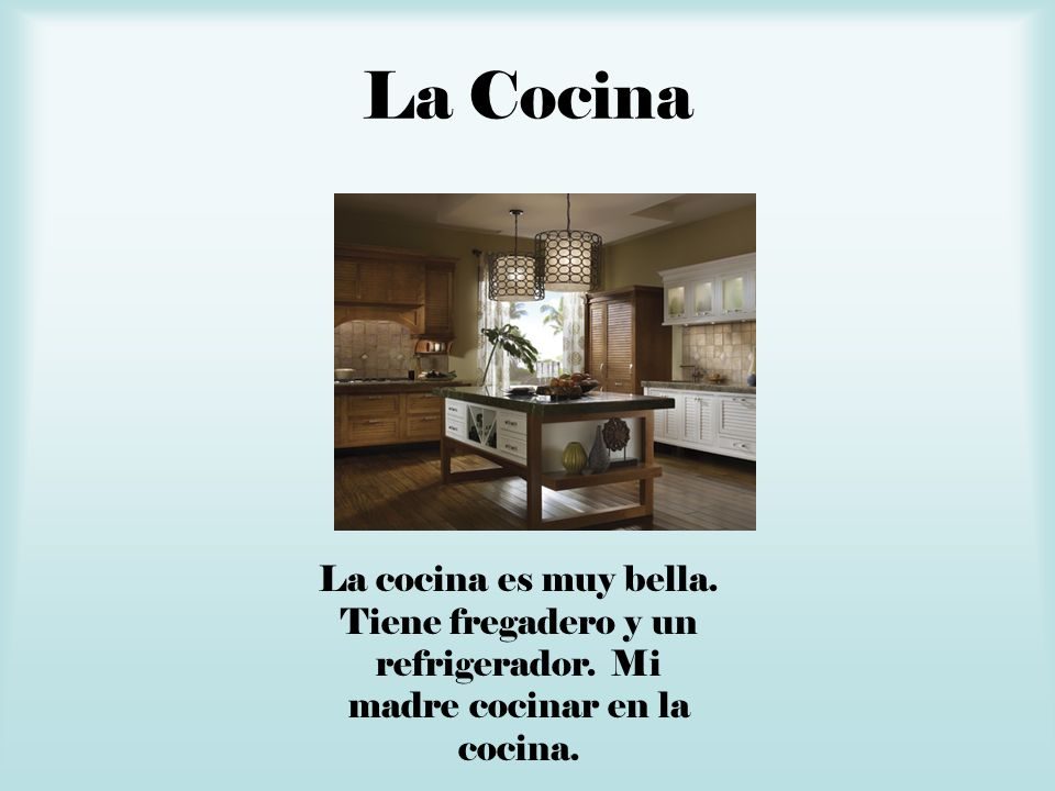 La CocinaLa cocina es muy bella.Tiene fregadero y un refrigerador.