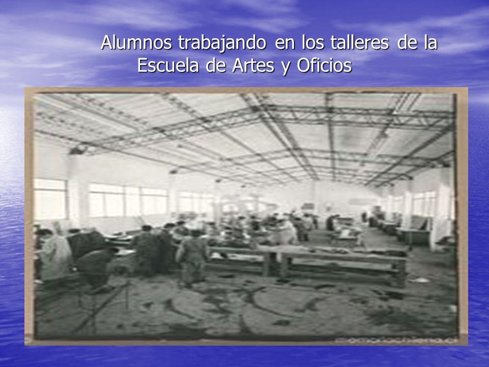 Alumnos trabajando en los talleres de la Escuela de Artes y Oficios