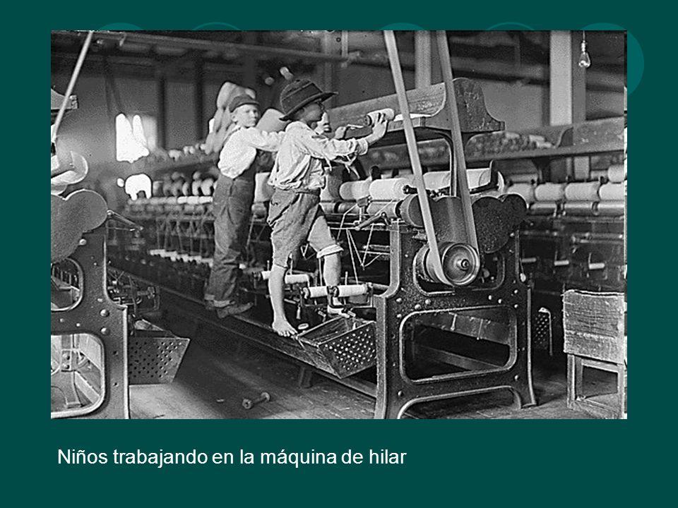 Niños trabajando en la máquina de hilar