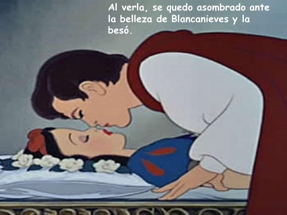 Al verla, se quedo asombrado ante la belleza de Blancanieves y la besó.
