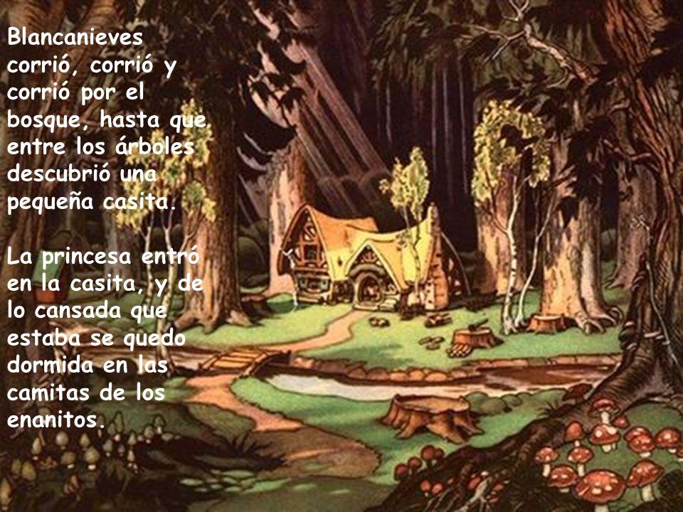 Blancanieves corrió, corrió y corrió por el bosque, hasta que entre los árboles descubrió una pequeña casita.