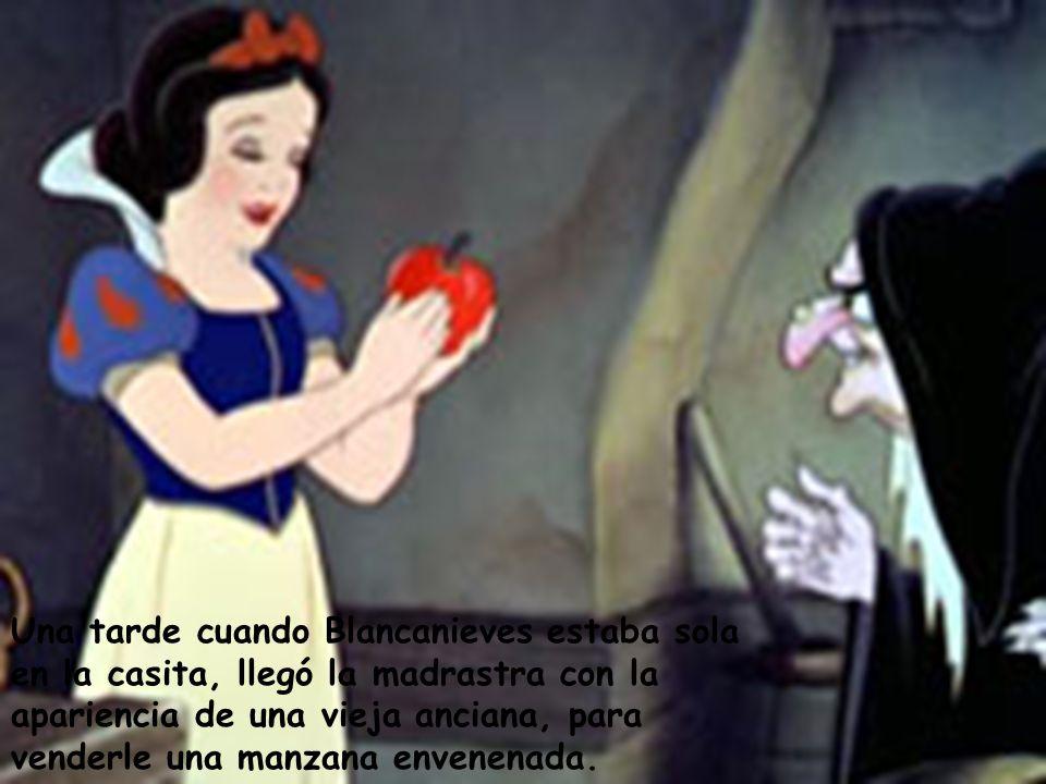 Una tarde cuando Blancanieves estaba sola en la casita, llegó la madrastra con la apariencia de una vieja anciana, para venderle una manzana envenenada.