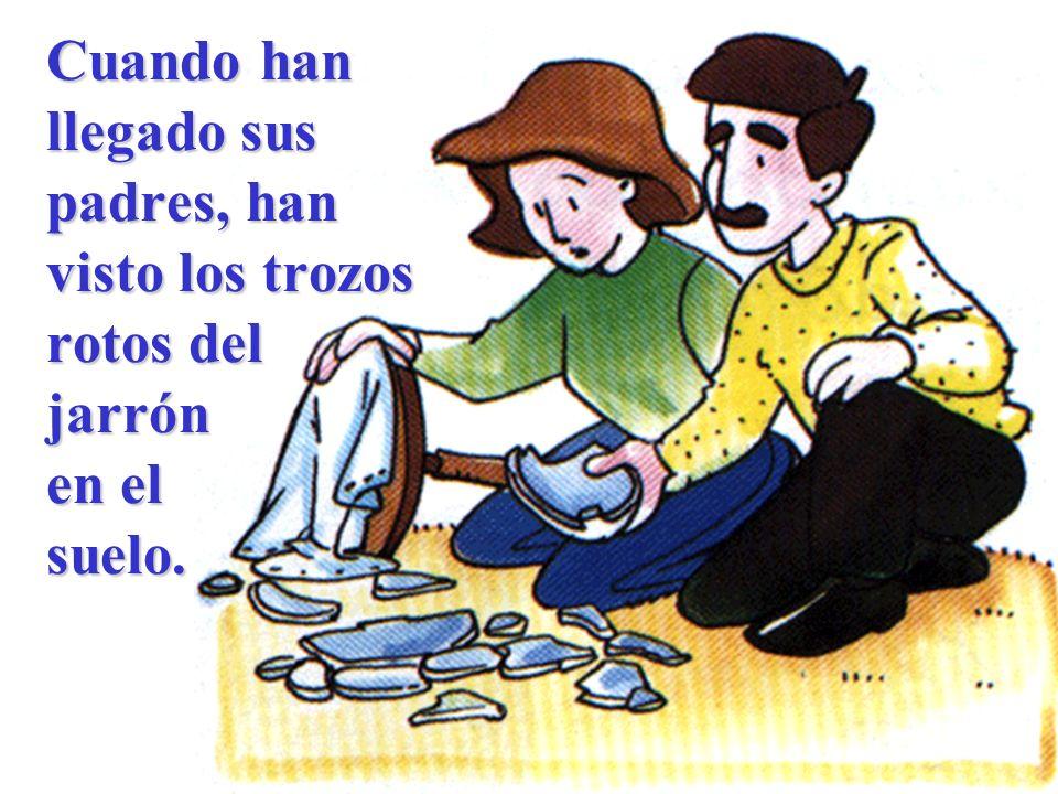 Cuando han llegado sus padres, han visto los trozos rotos del jarrón en el suelo.