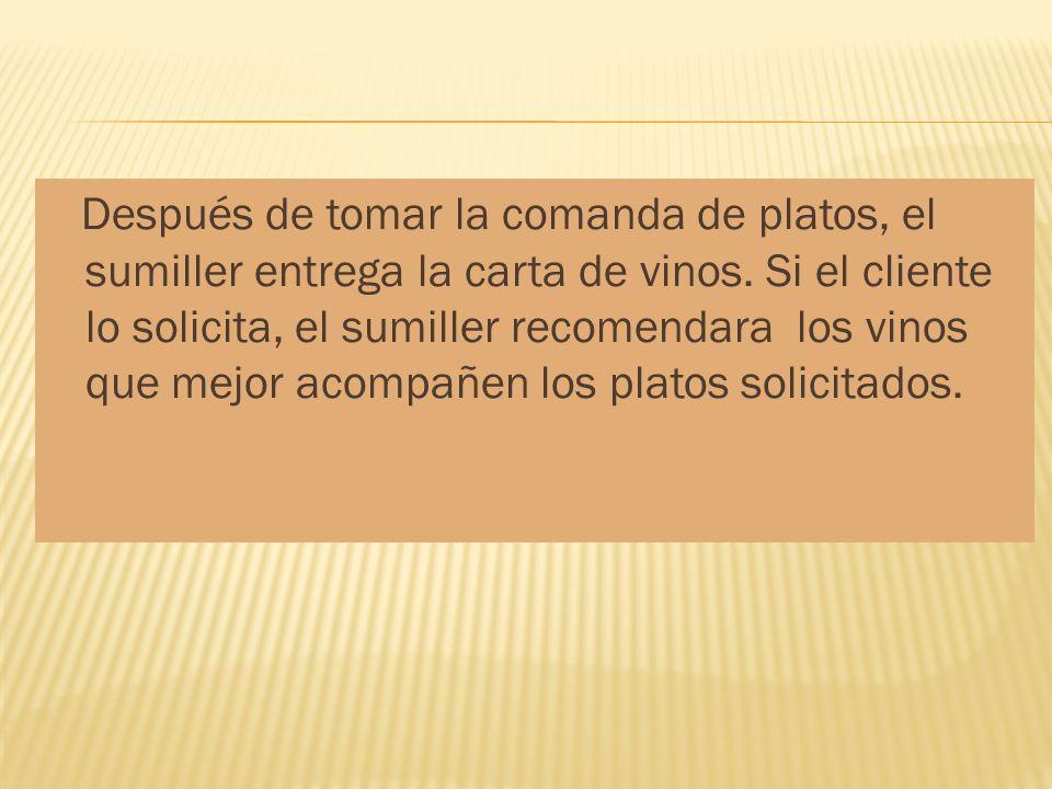 Después de tomar la comanda de platos, el sumiller entrega la carta de vinos.