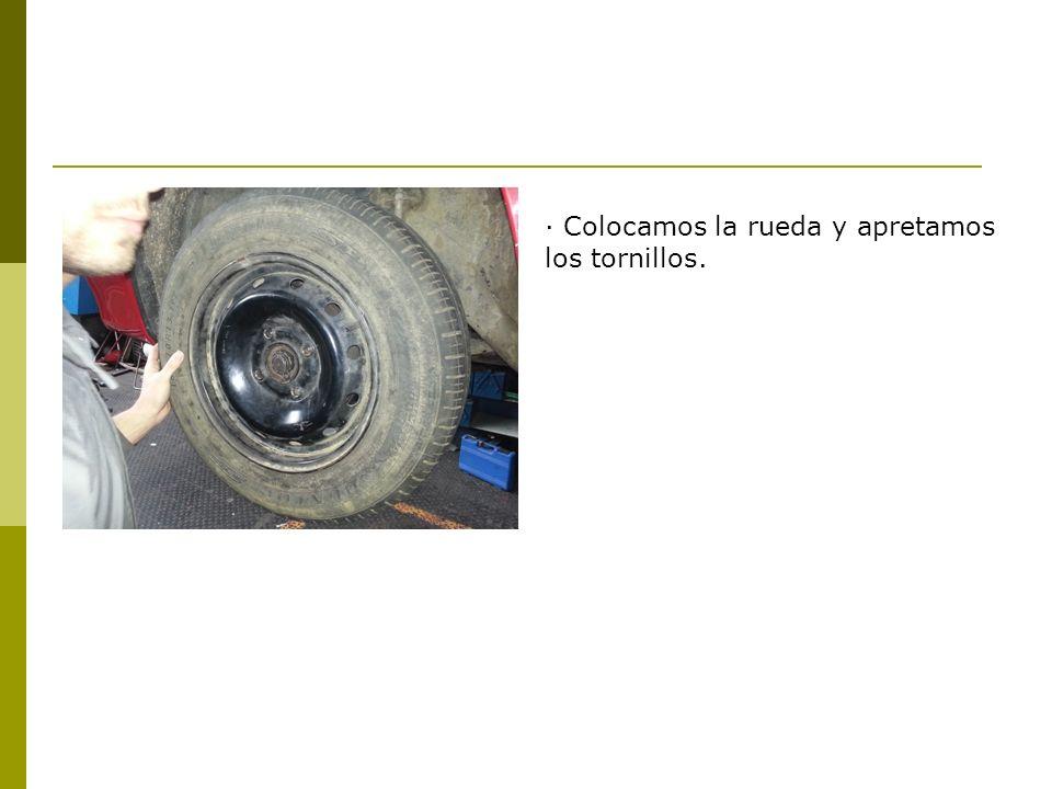 · Colocamos la rueda y apretamos los tornillos.