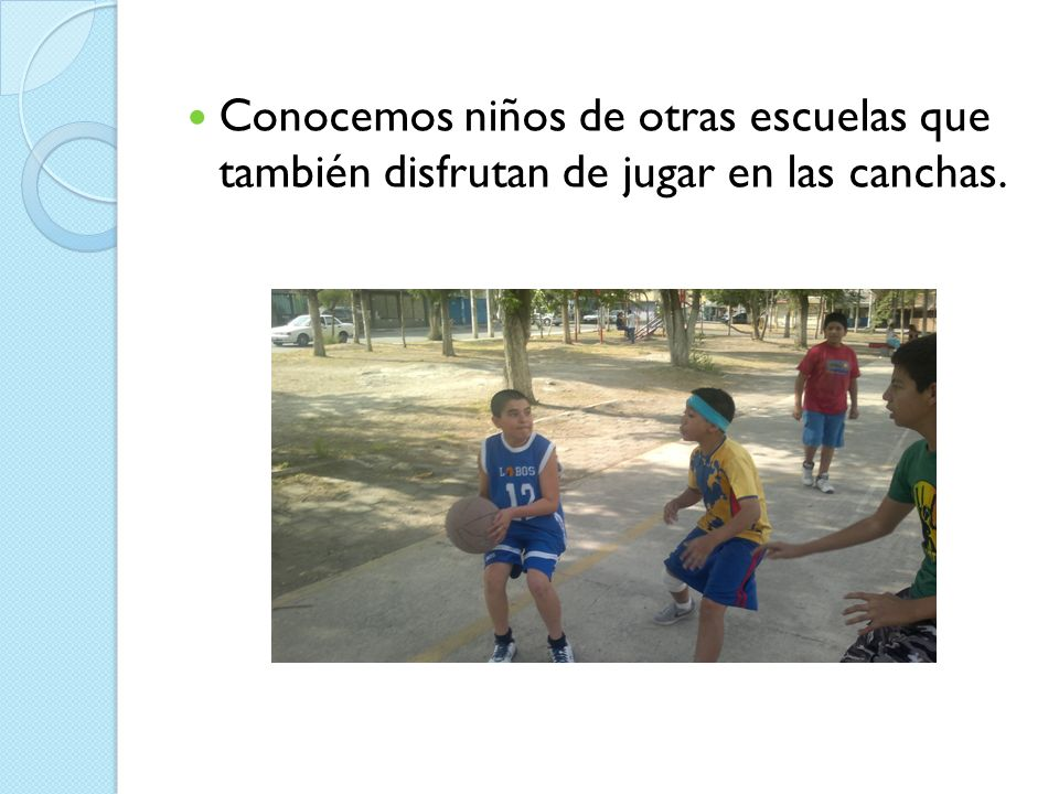 Conocemos niños de otras escuelas que también disfrutan de jugar en las canchas.