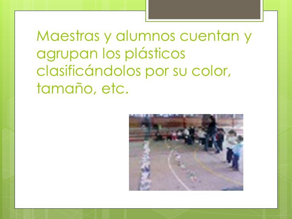 Maestras y alumnos cuentan y agrupan los plásticos clasificándolos por su color, tamaño, etc.