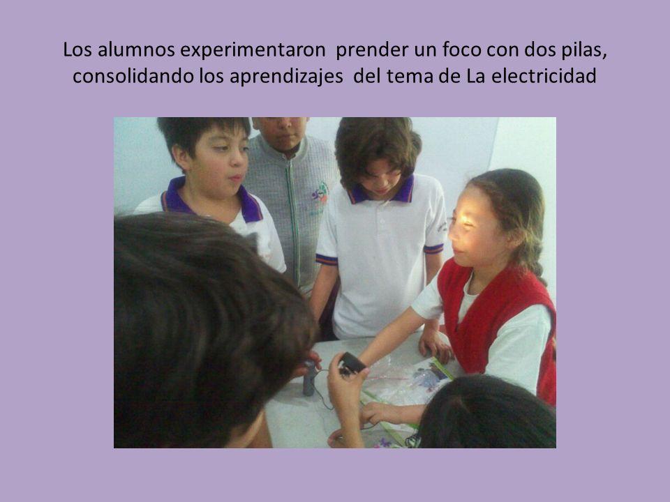 Los alumnos experimentaron prender un foco con dos pilas, consolidando los aprendizajes del tema de La electricidad