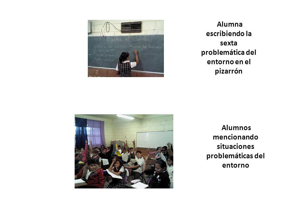 Alumna escribiendo la sexta problemática del entorno en el pizarrón