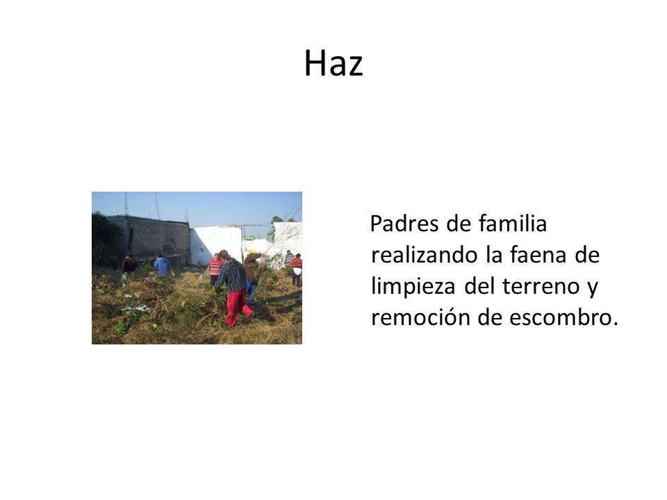 Haz Padres de familia realizando la faena de limpieza del terreno y remoción de escombro.