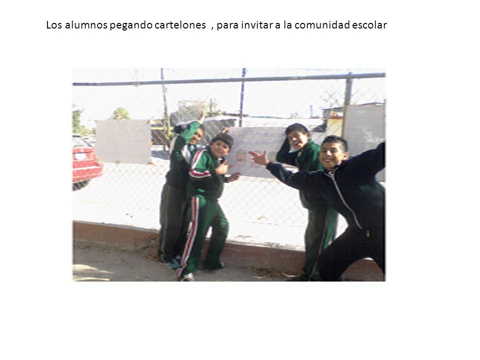 Los alumnos pegando cartelones , para invitar a la comunidad escolar
