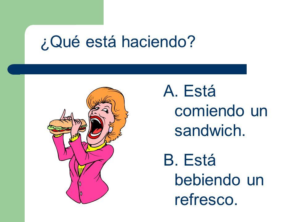 ¿Qué está haciendo Está comiendo un sandwich. Está bebiendo un refresco.