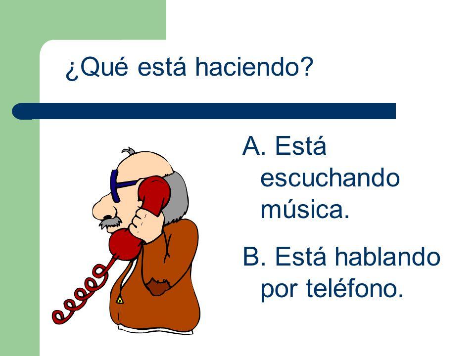 ¿Qué está haciendo Está escuchando música. Está hablando por teléfono.