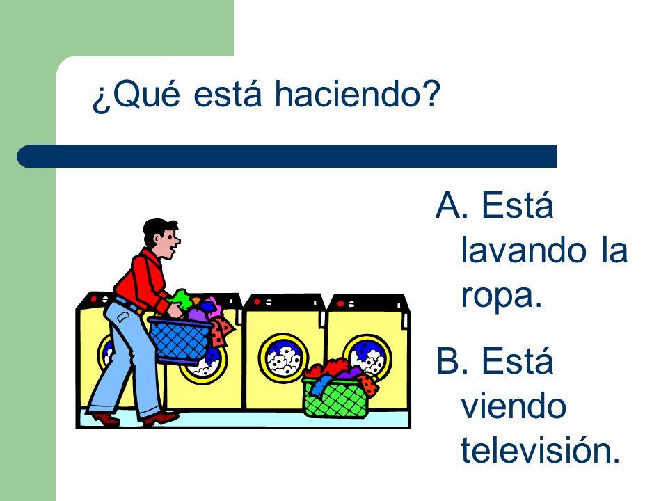 ¿Qué está haciendo Está lavando la ropa. Está viendo televisión.