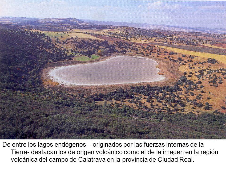 De entre los lagos endógenos – originados por las fuerzas internas de la Tierra- destacan los de origen volcánico como el de la imagen en la región volcánica del campo de Calatrava en la provincia de Ciudad Real.