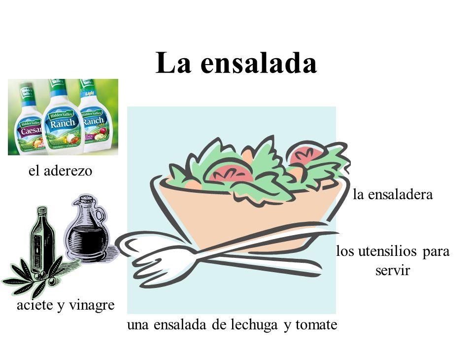 La ensalada el aderezo la ensaladera los utensilios para servir