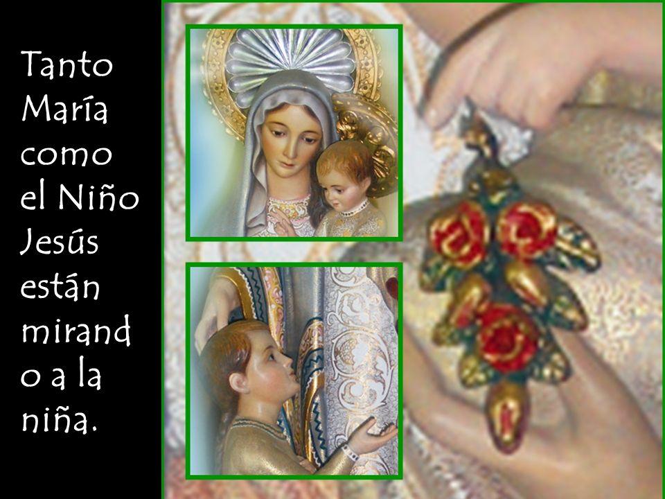 Tanto María como el Niño Jesús están mirando a la niña.
