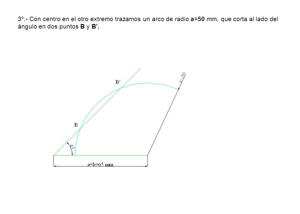 3º.- Con centro en el otro extremo trazamos un arco de radio a=50 mm, que corta al lado del ángulo en dos puntos B y B .