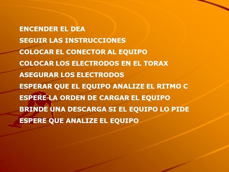 ENCENDER EL DEA SEGUIR LAS INSTRUCCIONES. COLOCAR EL CONECTOR AL EQUIPO. COLOCAR LOS ELECTRODOS EN EL TORAX.