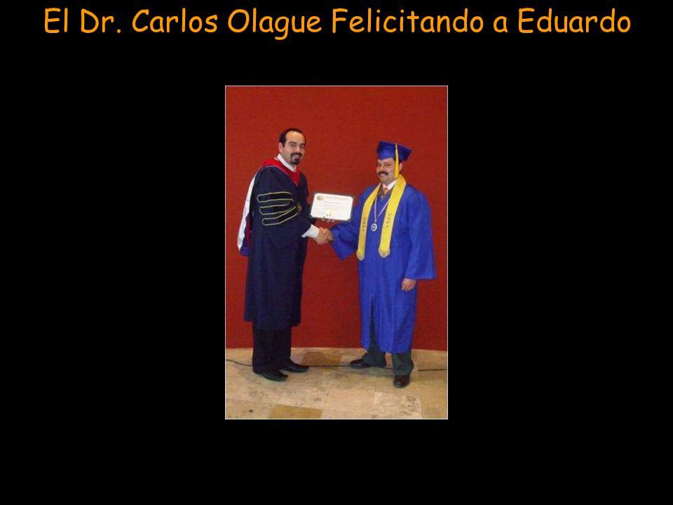 El Dr. Carlos Olague Felicitando a Eduardo