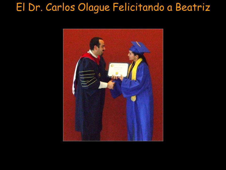 El Dr. Carlos Olague Felicitando a Beatriz