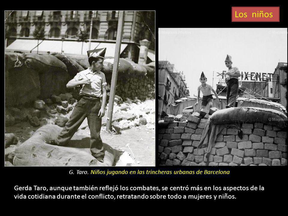 Los niños G. Taro. Niños jugando en las trincheras urbanas de Barcelona.
